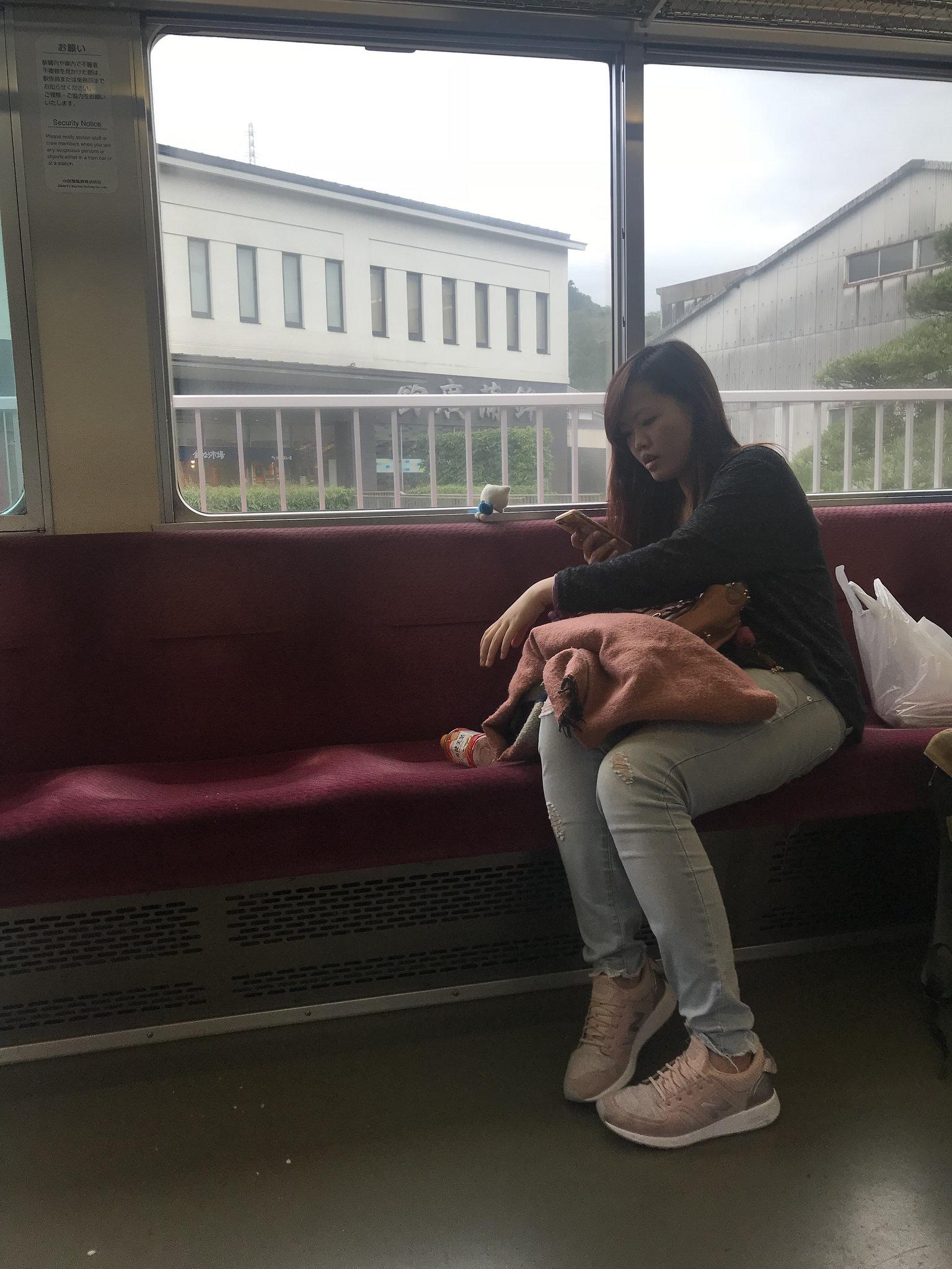 zalez-pod-yubku-v-avtobuse-poezde